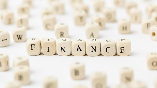 Financiën geschreven in scrabble letters