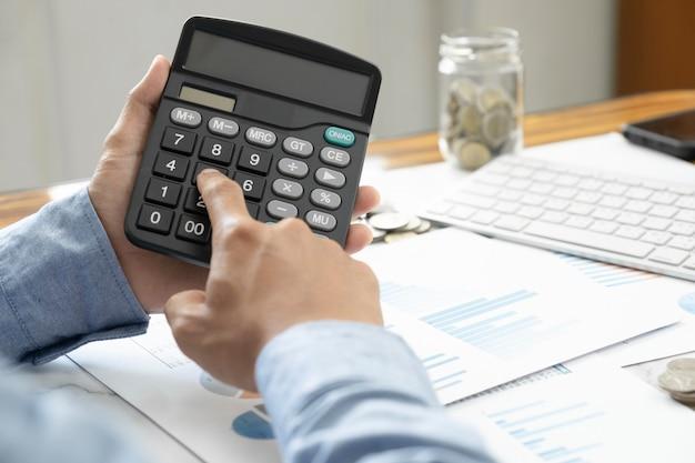 Financiën opslaan economie concept. accountant of bankier berekenen de contante rekening.