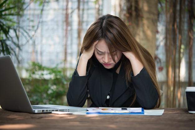 Financiën volwassen stress zakenvrouw meisje