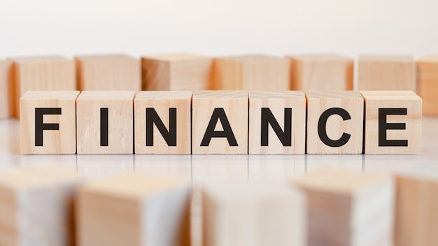 Financiën woord gemaakt met bouwstenen, concept