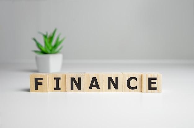 Financiën woord geschreven op hout blok, bedrijfsconcept.