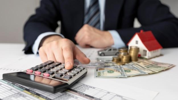 Financier het assortiment van zakelijke elementen met zakenman