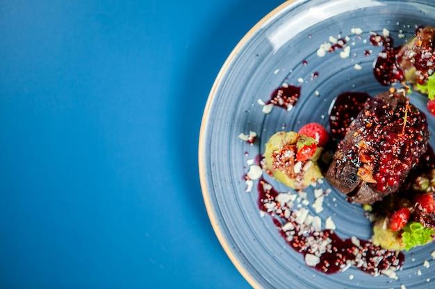 Fine dining design in restaurant met goede rode wijn. heerlijk koken