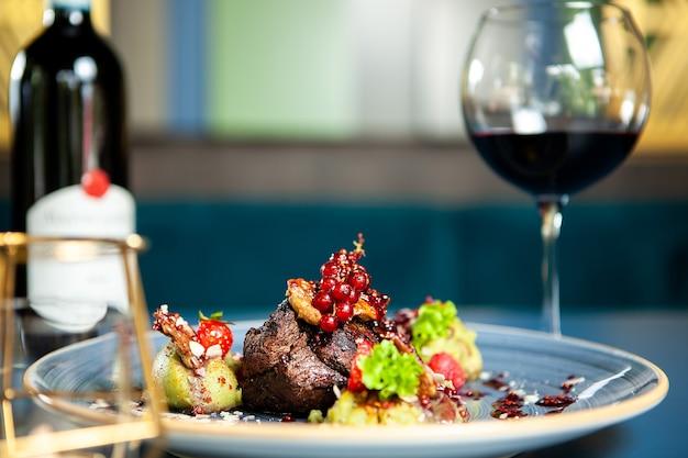 Fine dining gegrilde steak met groenten in restaurant, professionele gastronomie