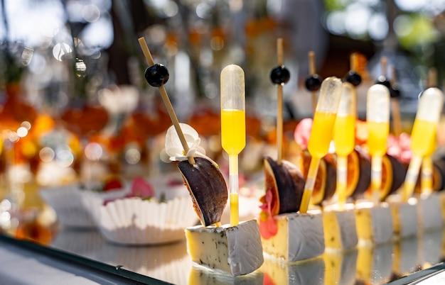 Fingerfood. tafel met hapjes en hapjes. evenement feest. onscherpe achtergrond.