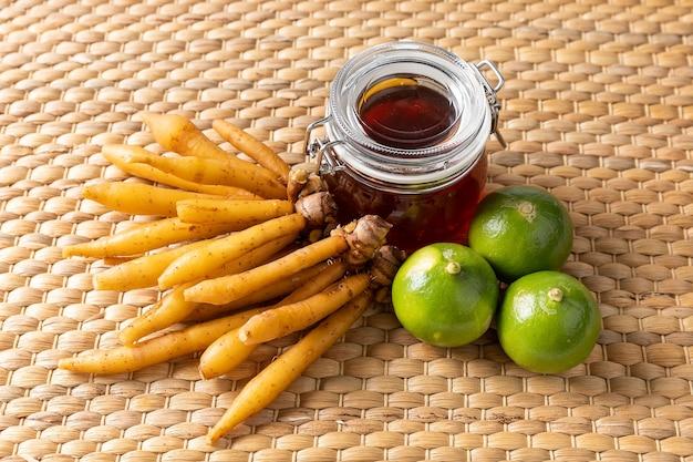 Fingerroot kruid limoen en honing op eichhornia crassipes geweven mat, thais kruidenvoer voor anti covid-19