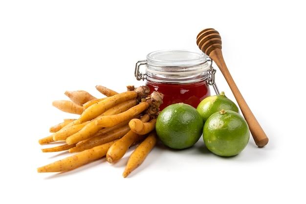 Fingerroot kruid limoen honing met houten lepel geïsoleerd op wit, thais kruidenvoedsel voor anti covid-19