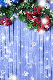 Fir kerstboom en rode bessen op houten achtergrond
