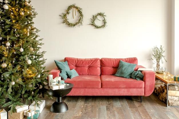 Fir kerstboom in nieuwjaar interieur versierd met rood goud groen speelgoed ballen en garland