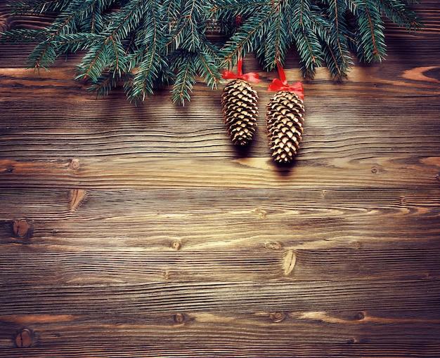 Fir kerstboom met decoratie op donkere houten tafel