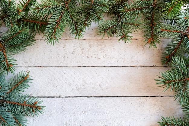 Fir kerstboom op een witte houten bord met kopie ruimte, winter frame