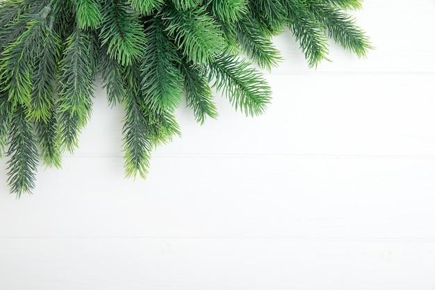 Fir kerstboom op het houten bord