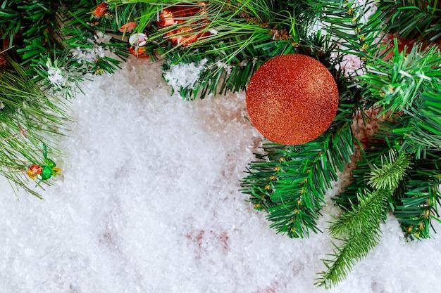 Fir kerstboom sneeuw met tak dennenappel, sneeuwvlokken op decoratie bal