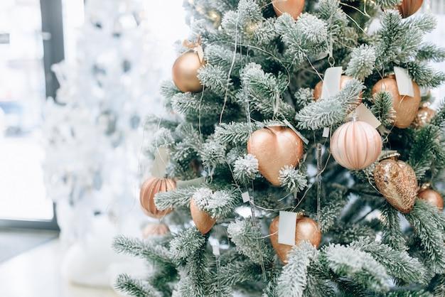 Fir kerstboom versierd met gouden speelgoed close-up weergave, niemand. xmas vakantie viering symbool, kerstbal decoratie