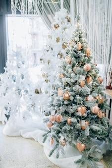 Fir kerstboom versierd met gouden speelgoed
