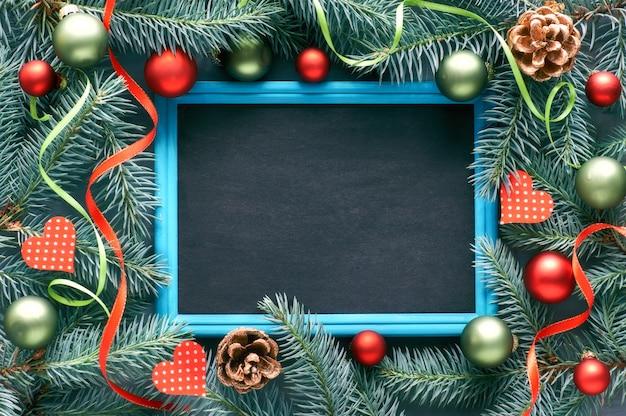 Fir takje versierd met hartjes, kegels en linten, schoolbord, tekst ruimte