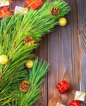 Fir-tree met speelgoed en geschenken op houten