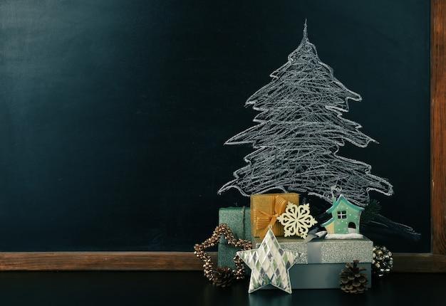 Fir tree tekening op blackboard en mooie geschenken. kerst achtergrond