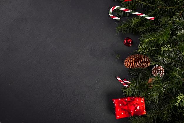 Fir twijgen in de buurt van snoep stokken en geschenkdoos