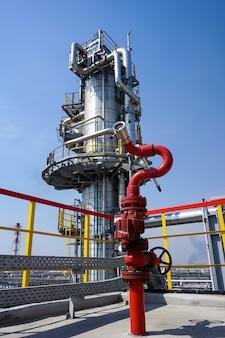 Fireplug om het vuur op de oliekolom bij de raffinaderij te blussen