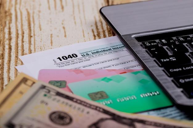 Fiscale tijd close-up van us 1040 belastingaangifte met amerikaanse dollars facturen en april kalender