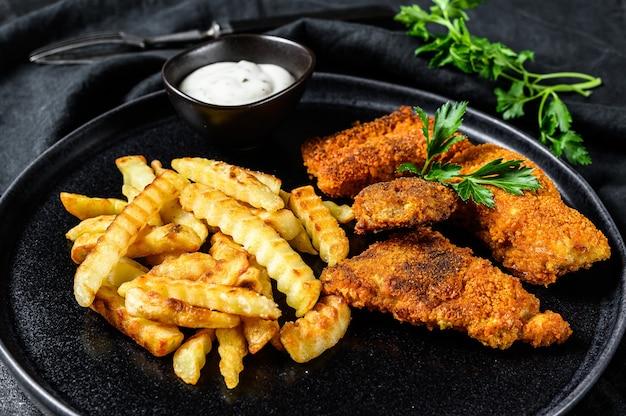 Fish and chips, brits fastfood geserveerd met tartaarsaus