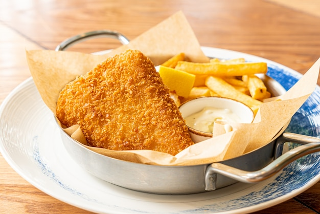 Fish and chips met saus
