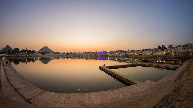 Fish eye view van de ghats in pushkar, rajasthan, india.