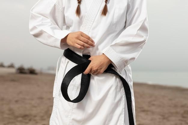 Fit atleet in vechtsporten kostuum