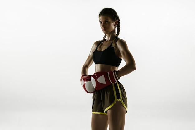Fit blanke vrouw in sportkleding boksen geïsoleerd op een witte achtergrond