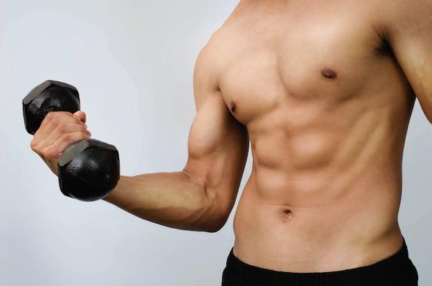 Fit bodybuilder tillen gewicht op witte achtergrond