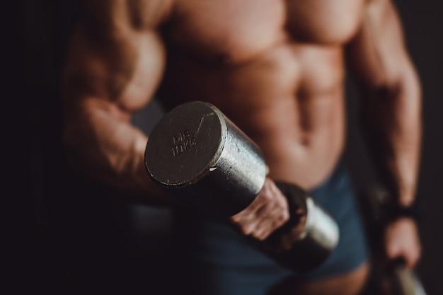 Fit bodybuilder titan mannelijke bezwete
