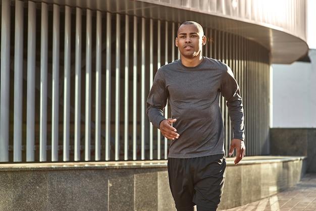 Fit en gezond close-up portret knappe en atletische afrikaanse man in sportkleding klaar om