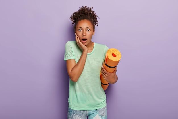 Fit en gezond levensstijlconcept houden. geschokt zwarte vrouw met krullende paardenstaart