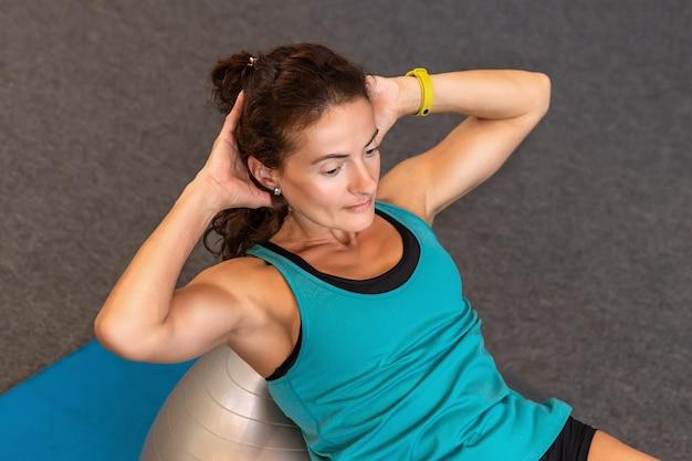Fit en gezonde sportvrouw in sportkleding pompen een pers