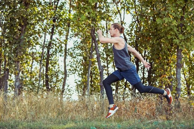 Fit gespierde mannelijke atleet training trail lopen voor marathon lopen