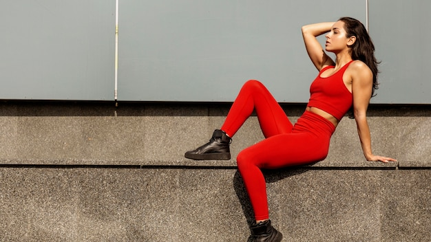 Fit jonge vrouw in sportkleding poseren