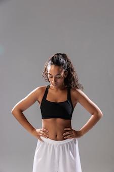 Fit jonge vrouw in sportkleding