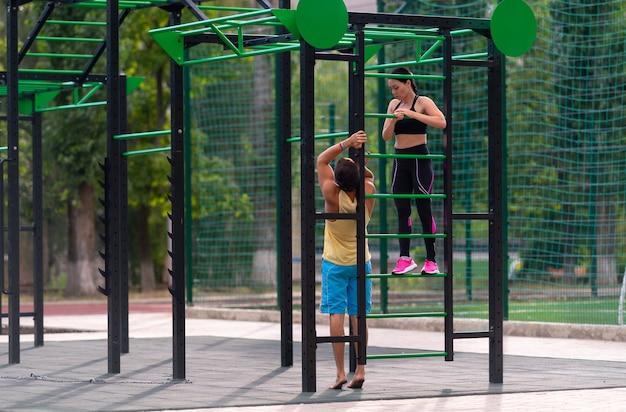 Fit jonge vrouw training op parallelle staven