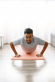 Fit lichaam en gezonde geest. jonge man doet ochtendoefening om sterk te zijn.