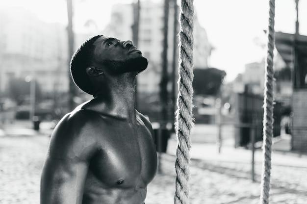 Fit man aan het trainen met touwen