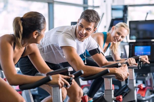 Fit mensen fietsen op sportschool
