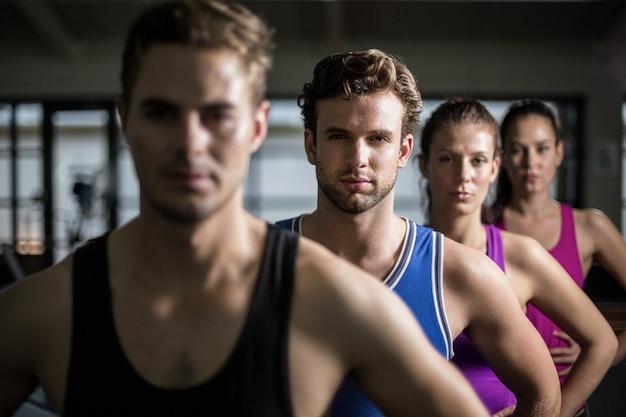 Fit mensen met de handen op de heupen op sportschool