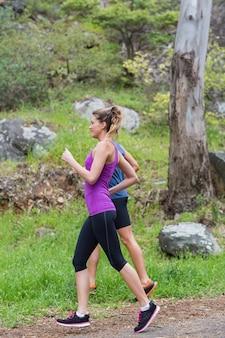 Fit paar joggen op veld