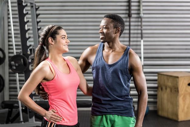 Fit paar poseren samen op crossfit sportschool