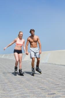 Fit paar skaten op de promenade