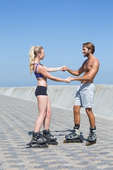 Fit paar skaten samen op de promenade