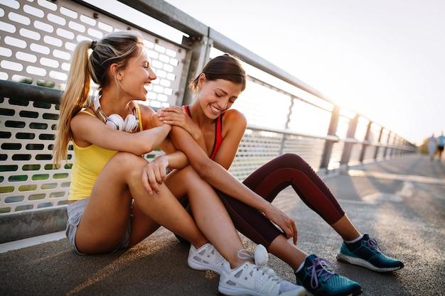 Fit vrienden fitness samen trainen in de buitenlucht actief gezond leven