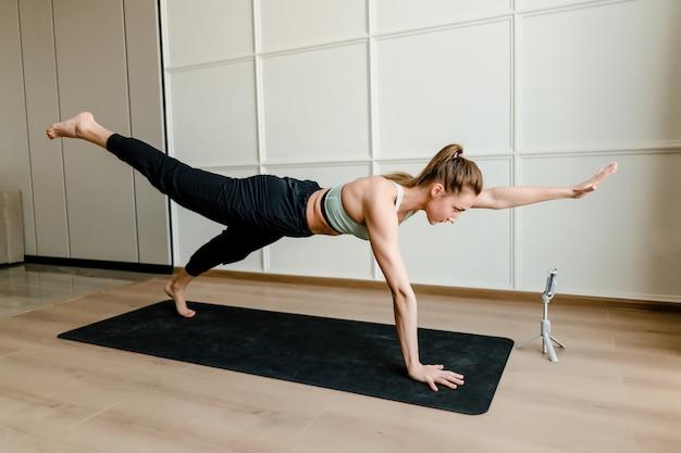 Fit vrouw doen sport training thuis met online training