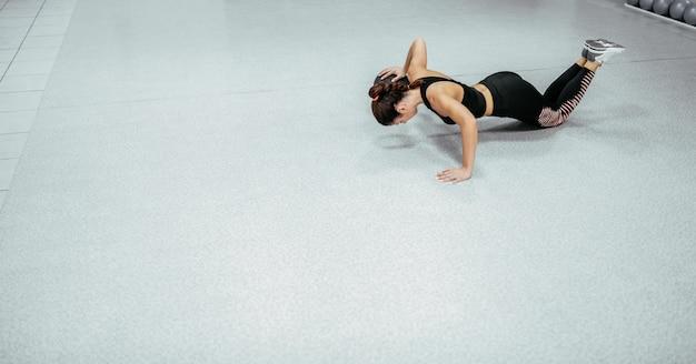 Fit vrouw doet push-ups
